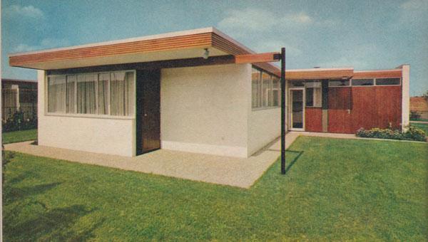 Bungalow der Siedlung Marienhöhe in Quickborn bei Hamburg (Architekt: Richard Neutra, 1960 bis 1964). Außenansicht und Innenansicht mit der ursprünglichen Ausstattung der Bungalows (Foto: Mein EigenHeim, 1964, S. 19f.)