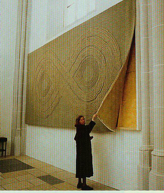 Bild 8 Mit Mineralwolle gefüllter Kasten hinter einem Wandteppich