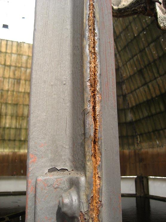 Abb. 18: Spaltkorrosion an einem zusammengesetzten Profil, Kaminkühler Kokerei Zollverein, Essen. [Aufnahme Lorenz 2008]