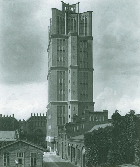 """Abb. 20: Borsig-Turm, Berlin-Tegel. Der 1924 fertig gestellte Borsig-Turm gilt als Berlins erstes Hochhaus. Trotz seiner 65 m Höhe ist er jedoch kein Stahl-Skelettbau, sondern wurde noch in der aus dem 19. Jahrhundert stammenden """"Trägerbauweise"""" (Mauerwerksbau mit innerem Stahlgerüst) errichtet. [Lindner / Schmalfuß 1987, S.61]"""