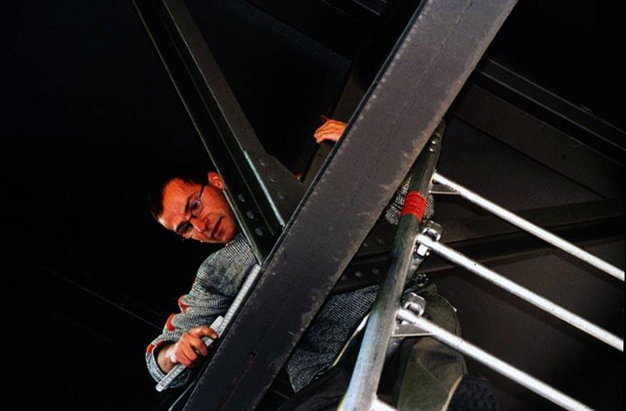 Abb. 25: Handnahe Untersuchung im Rahmen einer Konstruktiven Bestandsaufnahme, Hochbahnviadukt nahe Oberbaumbrücke, Berlin-Kreuzberg. [Aufnahme Lorenz 1998]