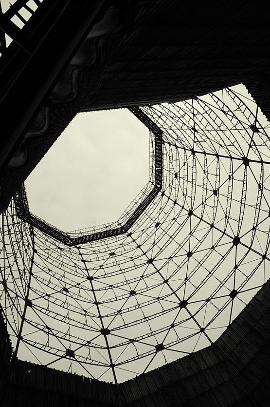 Abb. 6: Naturzugkühler auf dem Geländer Kokerei Zollverein, Essen. Die Ende der 1950er Jahre errichteten, durch Korrosion in Teilen stark geschädigten Kühltürme sind heute Teil der Welterbe-Stätte Zollverein. [Aufnahme Lorenz 2008]