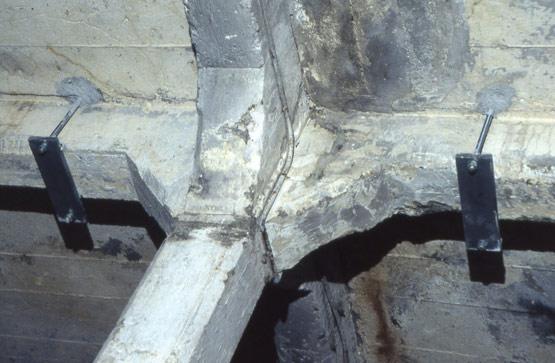Abb. 38 Rückverhängung der Eisenbetonunterzüge mit Anriss an der additiven Stahlträgerlage über der Hallendecke