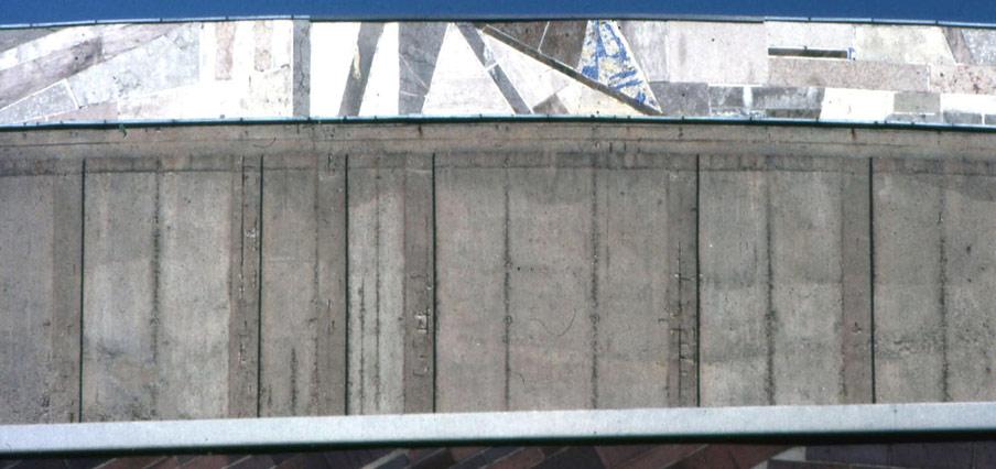 Abb. 18 Schäden auf der konvex gekrümmten Fassade des Beethovensaales der Liederhalle in Stuttgart