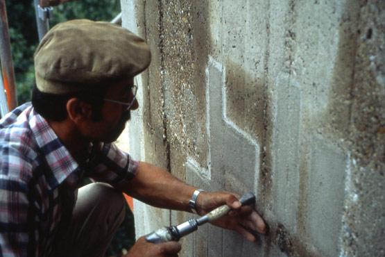 Abb. 29 Steinmetzmäßige Bearbeitung der Betonfläche nach dem Reprofilieren