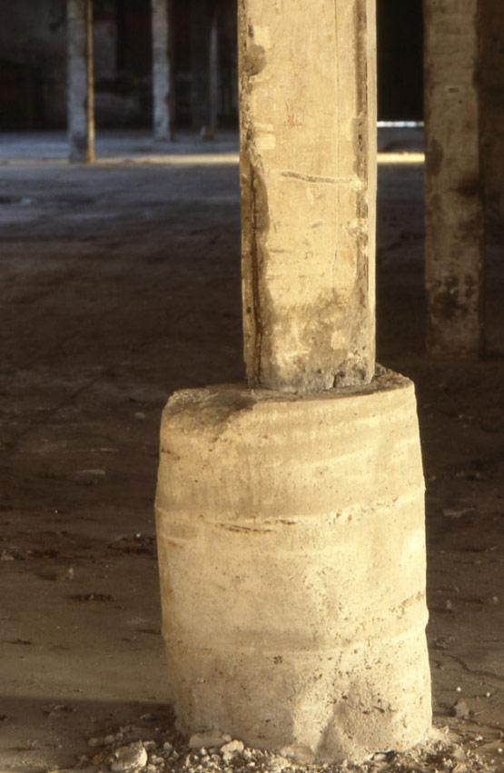 Abb. 36 Stütze mit beschädigten Kanten und Betonummantelung zur Kaschierung eines Bruches