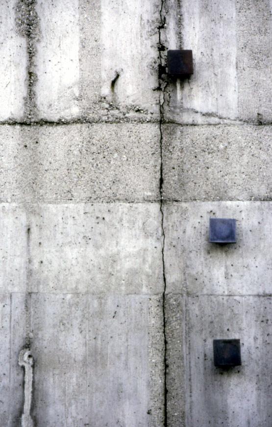 Abb. 8 Riss in der Betonumfassungswand des Beethovensaales der Liederhalle Stuttgart, erbaut 1955/56