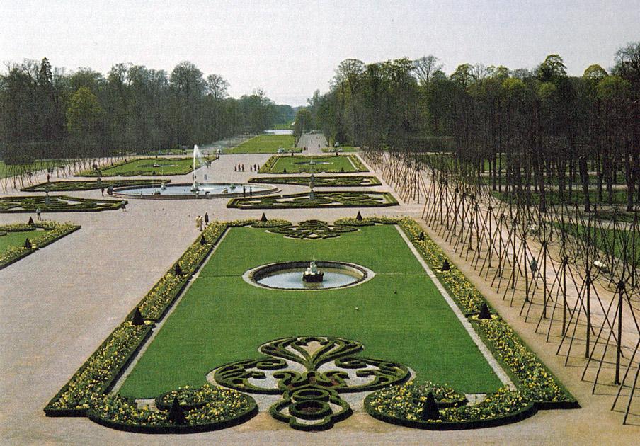 Abb. 3 Rekonstruiertes Barock: Der Schlossgarten Schwetzingen nach Wiederherstellung des Parterres, Abholzung und Neupflanzung der historischen Lindenallee (Foto: H.W. Wertz 1983. In: Hennebo (1985), S. 197)